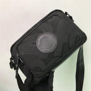 Burberry官网巴宝莉男士包包专属标识再生聚酯纤维斜背包相机包80299891
